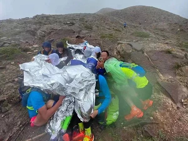 在山上受困的跑者們。澎湃新聞