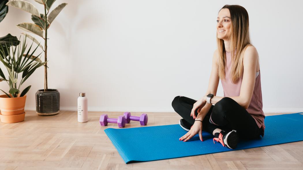 溫柔的9分鐘腹肌運動,僅需水瓶及瑜珈墊,就能輕鬆出汗。圖/Canva