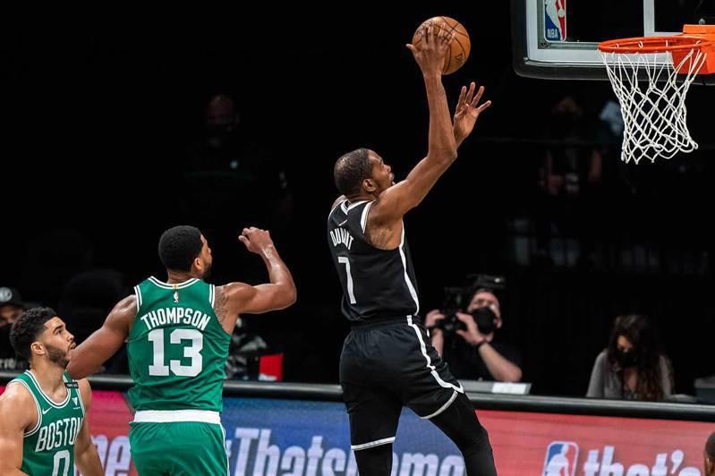 NBA季後賽正式開打,東西區16支球隊捉對廝殺,美國媒體紛紛展開預測,目前均看好東區的籃網隊,將與西區的湖人隊爭奪冠軍。果然籃網三巨頭合攻82分,首戰就輕取塞爾蒂克。 美聯社