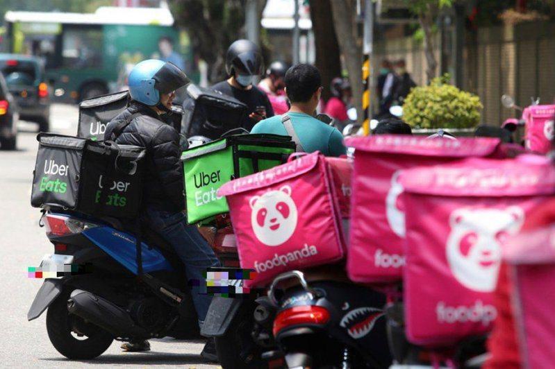 疫情期間,許多民眾依賴外送平台購買餐點,卻造成外送員的負擔。 圖/聯合報系資料照片
