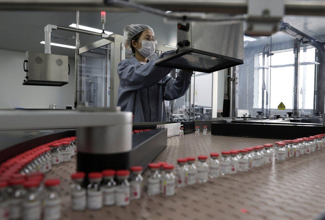 圖/路透社:圖為中國CanSino的一劑式疫苗,在天津的生產品管線。