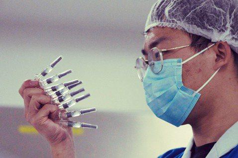 圖/美聯社:該不該開放「疫苗專利」供全球自行救急使用?在政策面上已是各方角力的激...