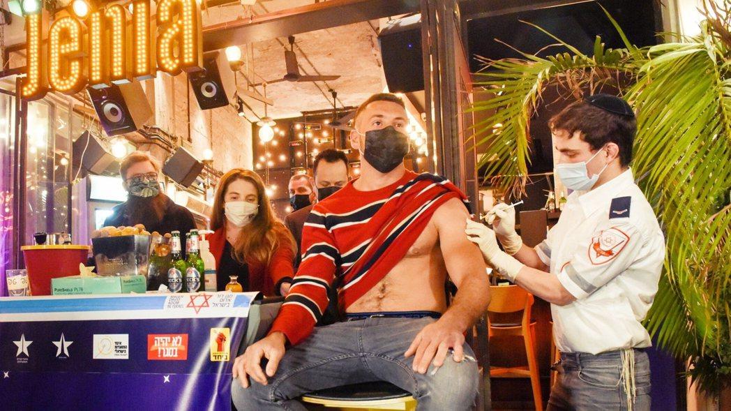 圖/特拉維夫市政府:「打完疫苗,你各位就可以群聚喝酒啦!」圖為以色列特拉維夫市,...