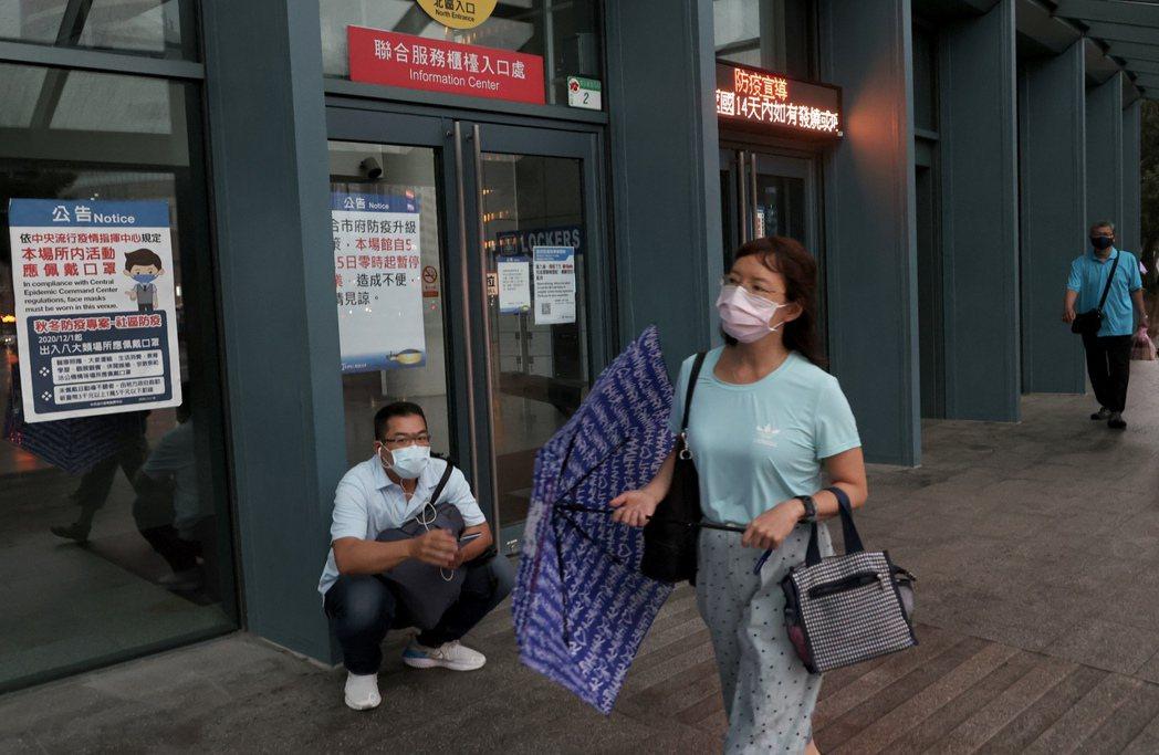新冠肺炎本土疫情近來急劇升溫,全台進入第三級疫情警戒,也讓台灣經濟面臨比去年更為...