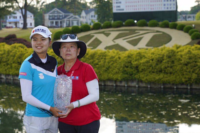 徐薇淩與媽媽共享首冠榮耀。 美聯社