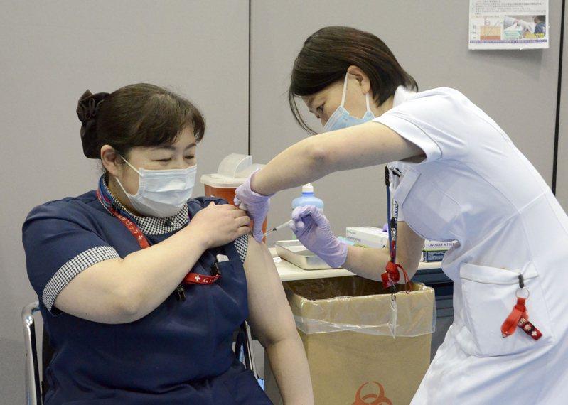 東京奧運醫護人員先接種疫苗。 美聯社