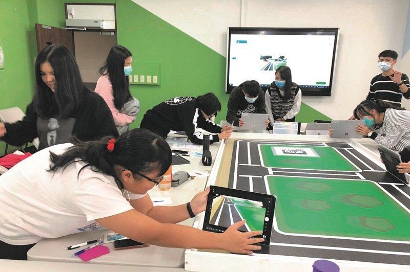 余執彰在導論課程中加入實作環節,學生需蒐集道路資料,用以訓練自動駕駛車輛的人工智慧模型。(照片提供/余執彰)