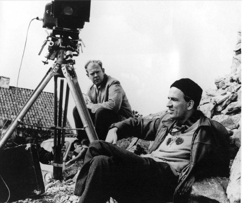 ▲ 柏格曼( 前方) 和他長期合作的攝影師Sven Nykvist,1960 年。(圖/聯合文學出版社提供)