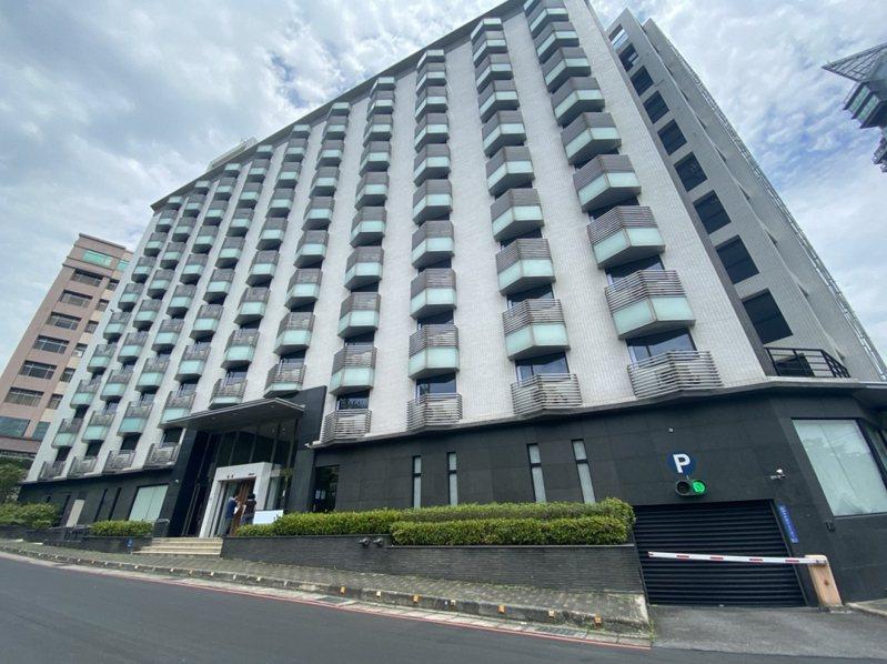 淡水歇業飯店作為集中檢疫中心,竿蓁里長王信崇就擔心附近住戶多。 圖/紅樹林有線電視提供