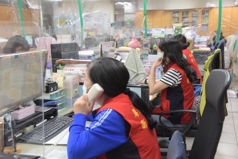 屏東縣衛生局疫調人員從白天忙到黑夜,與時間賽跑。圖/屏東縣府提供
