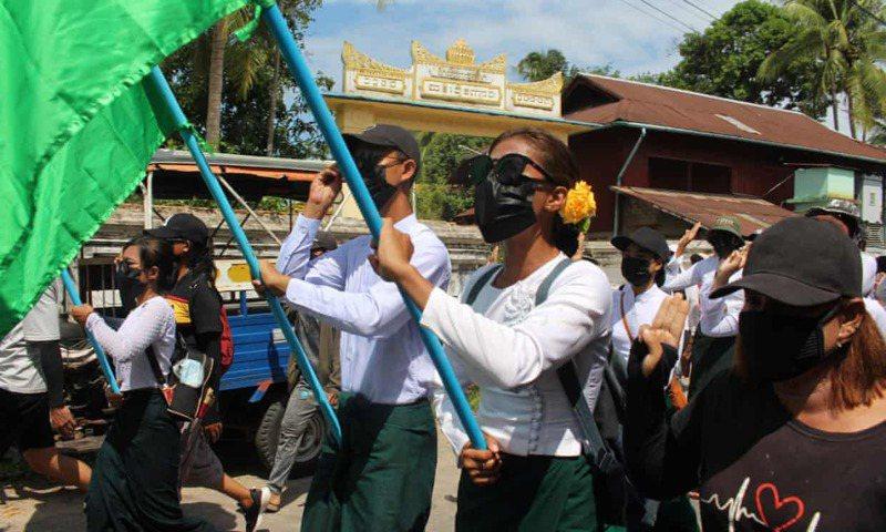緬甸軍方發動政變奪權迄今已逾4個月,不少人紛紛罷工、罷課表達強烈不滿,日前緬甸教師聯合會表示,軍方已暫停超過12.5萬名教師的職務,只因他們參加了2月時反對軍事政變公民抗議活動。法新社