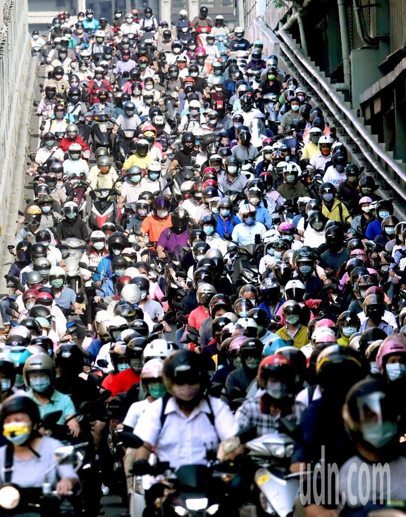 來往台北市和新北市的交通要道台北橋上班尖峰時刻的機車海依舊,和以往不同的是人人都戴上了口罩,配合防疫。記者邱德祥/攝影