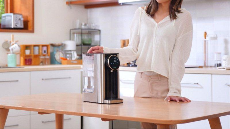 聲寶SAMPO監製出品的CLAIRE 瞬熱飲水器,隨心所欲出水只需3秒即可快速享用。圖/聯合數位文創提供
