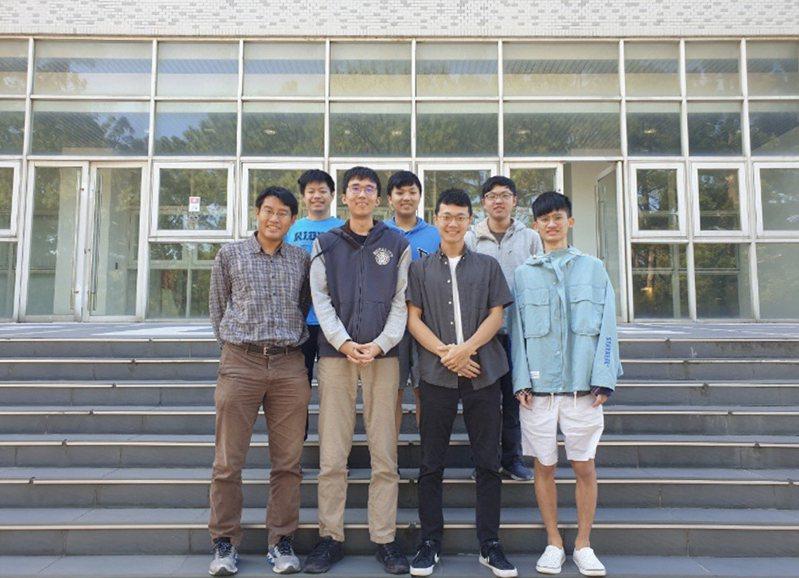 清大資工系副教授周志遠(前排左起)帶領學生王子文、張承勛、蕭亦程(學生教練)、牟展佑(後排左起)、蔣立元、黃文遠勇奪ASC世界大學生超級電腦大賽冠軍。圖/清大提供