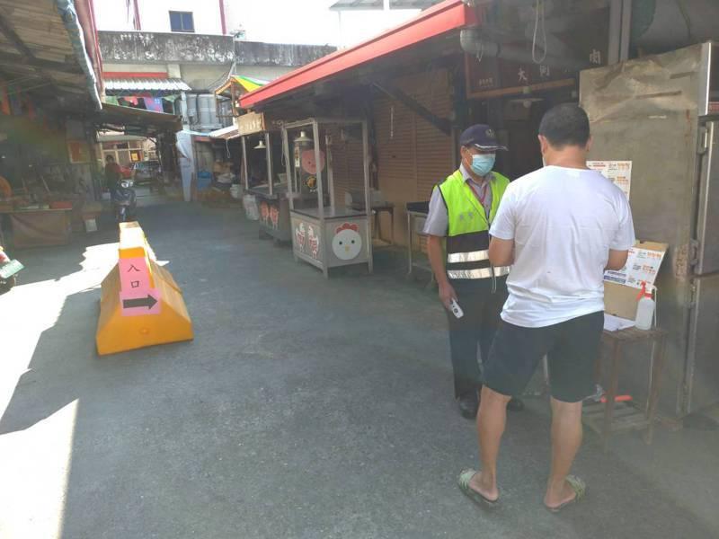 台東傳統市場採實聯制入場,闖封鎖線將開罰。圖/台東市公所提供