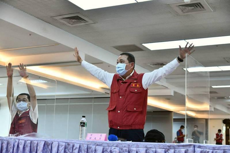 侯友宜今早視察三重防疫熱區時表示,區公所人力目前都很充裕,沒有問題。圖/新北市新聞局提供