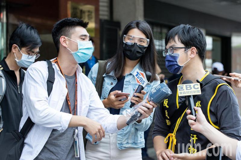 因應三級警戒及疫情升溫,電視台記者採訪時配戴護目鏡之餘,更戴手套,麥克風也套上塑膠套。記者曾原信/攝影