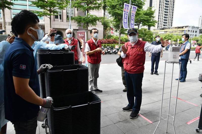 侯友宜表示,篩檢站都是經過專業評估才設立的,他們接下來也會努力探討,如何提供醫護更好的篩檢環境。圖/新北市新聞局