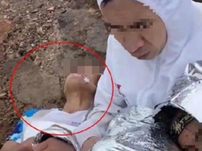 甘肅馬拉松罹難者女兒在滑手機時,認出照片中口吐白沫的遇難者是自己父親。香港經濟日報