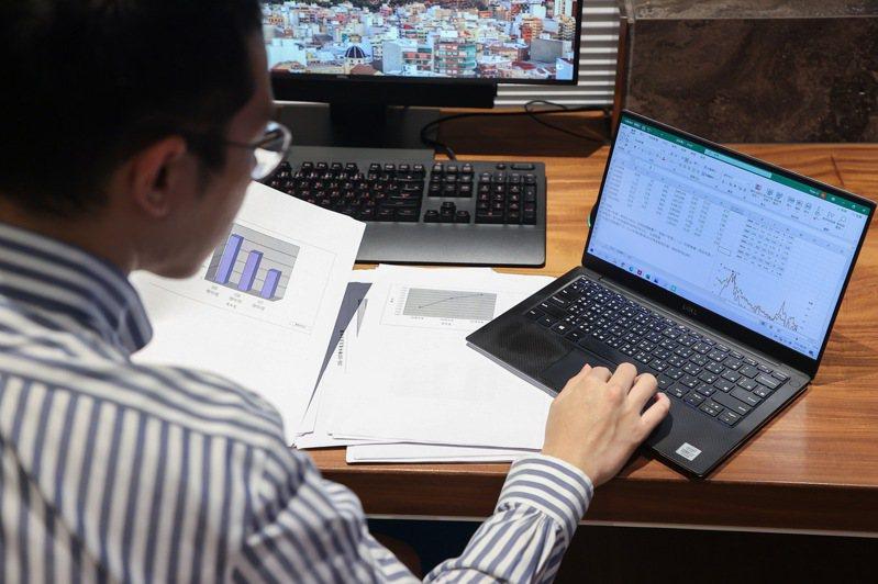 進入三級警戒後,不少企業改採居家辦公或分流上班。記者余承翰/攝影