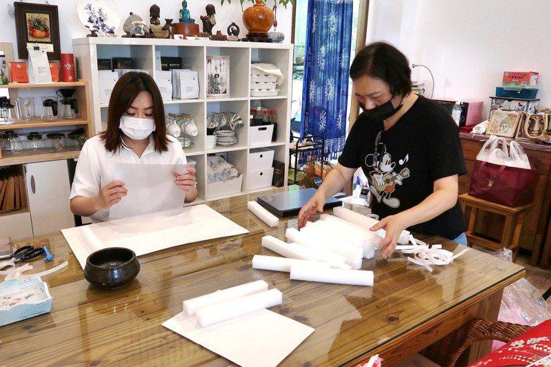 立委馬文君(左)號召志工趕製2000個「簡易防護面罩」,首批將優先送給醫護、警消及清潔人員使用。圖/馬文君立委服務處提供