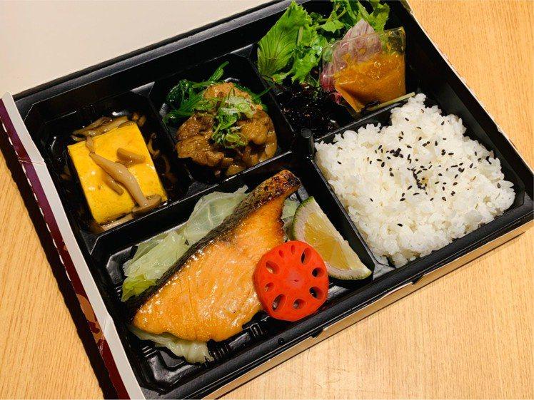 復興館EN,鮭魚西京味噌便當售價320元。圖/SOGO提供