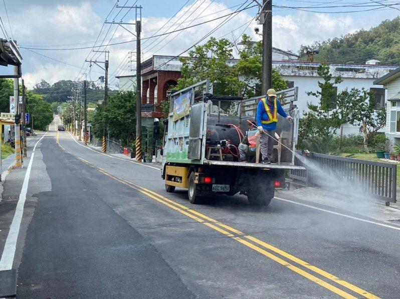 台東縣鹿野鄉今天發動全鄉大消毒,讓鄉民安心。圖/鄉公所清潔隊提供