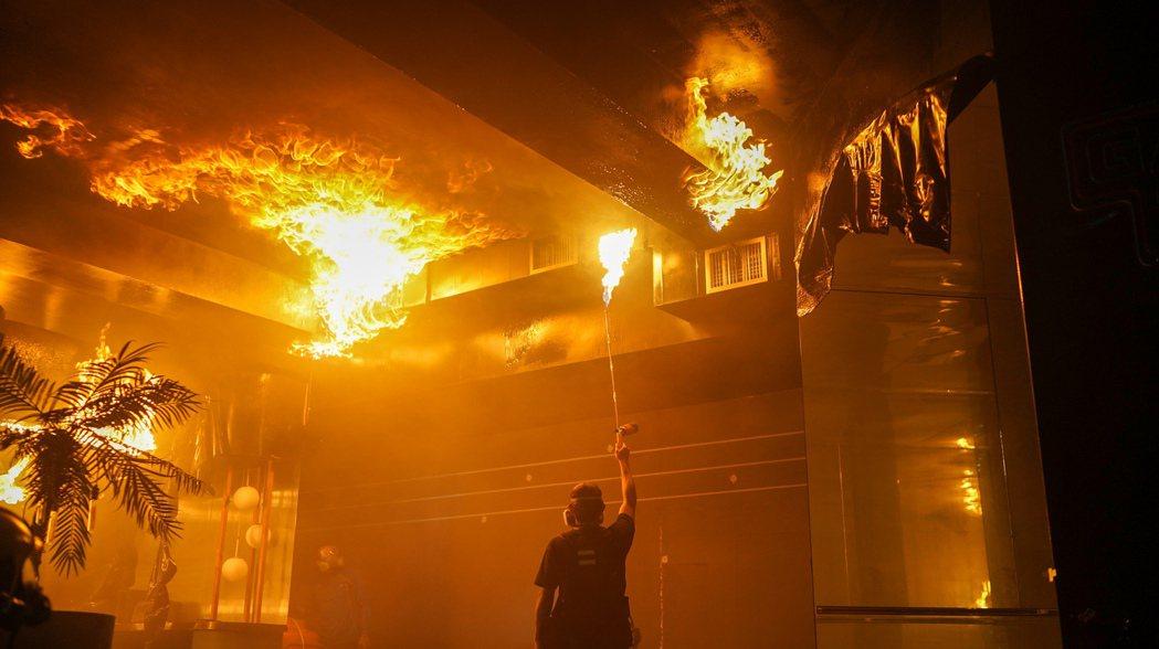 劉冠廷看到工作人員辛苦打造火場場景相當感動。圖/公視、myVideo提供