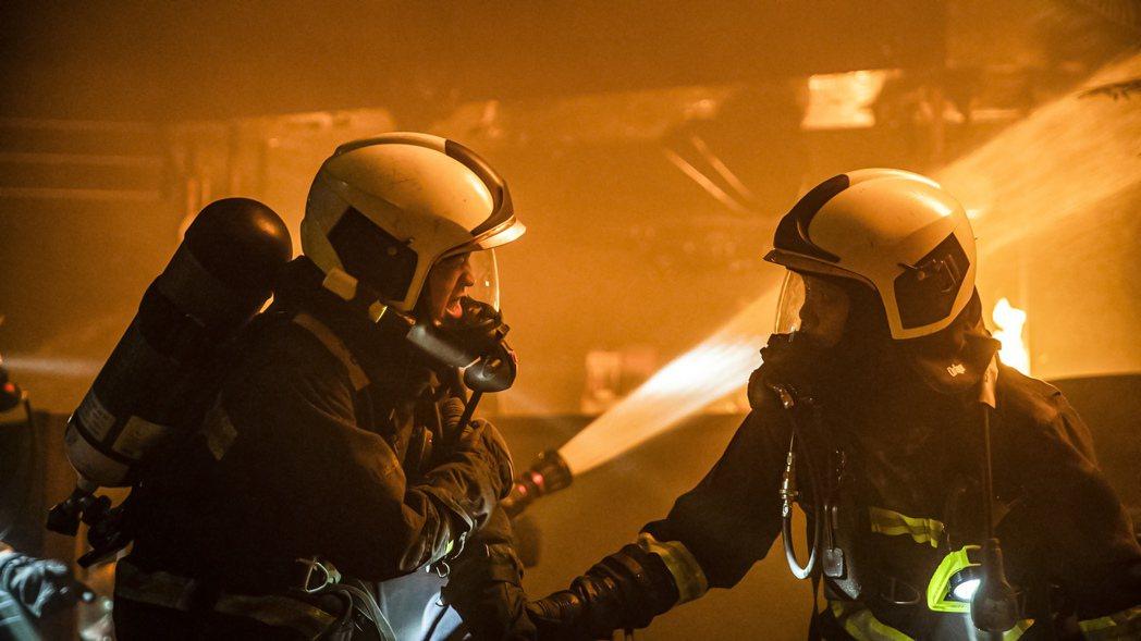 謝章穎(左)被水蒸氣燙傷的橋段更創下收視高峰。圖/公視、myVideo提供