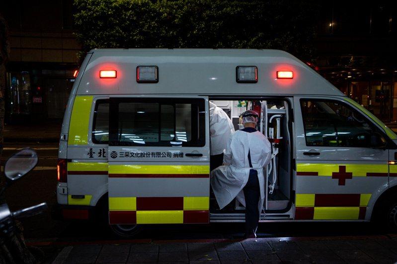 疫情嚴峻,23日指揮中心新增6例死亡個案。醫師Shih Yu Ko在FB發文指出一名高齡確診患者因急喘送醫,咳嗽一天、不到24小時就過世,貼文引起大量關注。圖為送醫示意圖。記者曾原信/攝影