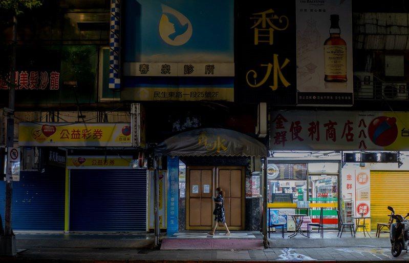 因應三級疫情警戒發布,八大行業需暫時歇業,台北市八大行業重鎮林森北路週邊的酒店歇業,只剩一家商店亮著燈。記者曾原信/攝影