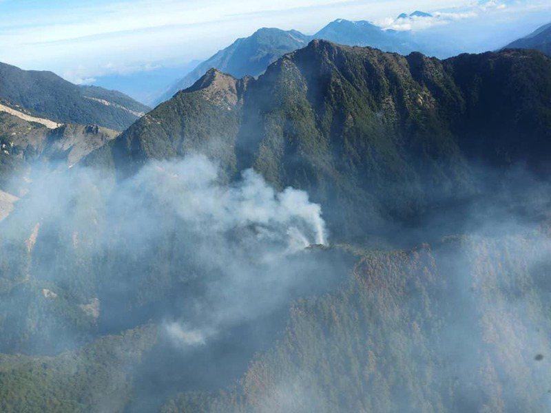 玉山八通關森林大火從5月16日延燒超過1星期,火勢仍難以控制。圖/翻攝陳吉仲臉書