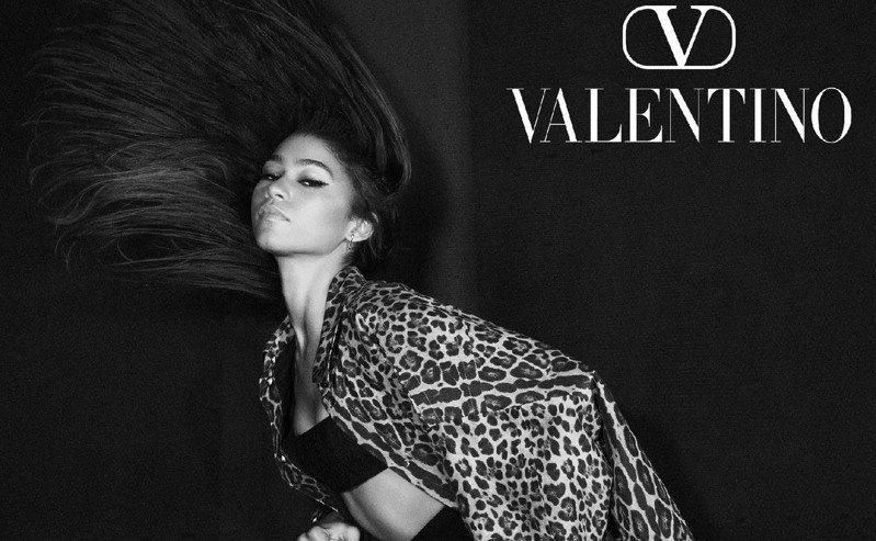 Valentino早秋系列Roman Palazzo形象廣告拍攝地點選在洛杉磯皇宮劇院,由品牌代言人贊達亞主演,攝影師David Sims掌鏡。圖/Valentino提供