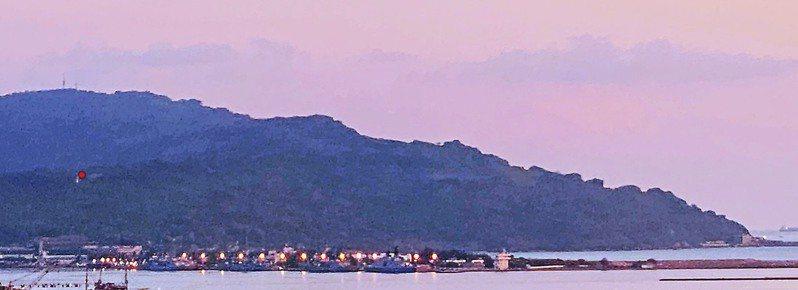 資山友認為,軍事管制區居高望遠風景漂亮,可俯視左營軍港,但擅闖軍事管制區恐有違法疑慮。圖/讀者提供