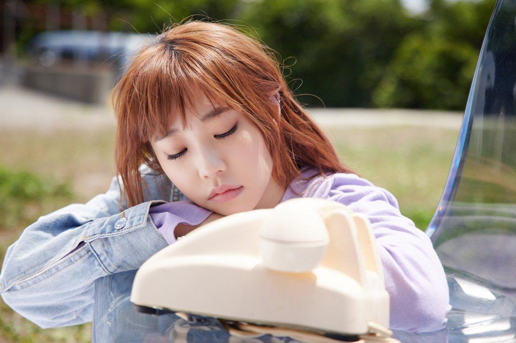 艾薇在新歌「請離開我」MV中對著電話演出獨角戲。圖/環球音樂提供