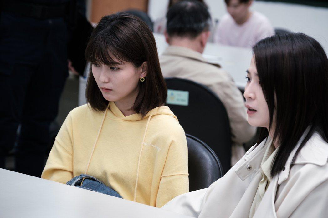 楚宣(右)、睦媄在「日蝕遊戲」飾演母女,劇中談及親子教育問題。圖/民視提供