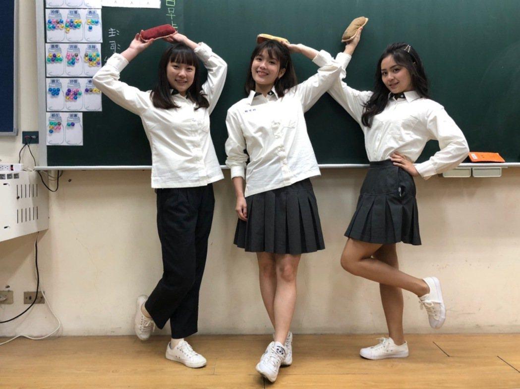 方琦(右起)、睦媄、吳鈺萱在「日蝕遊戲」中飾演的學生家境不俗。圖/民視提供
