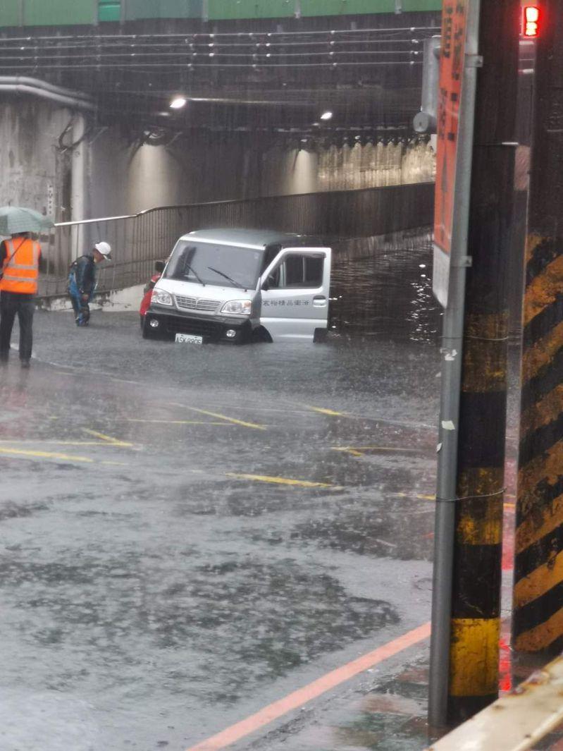 新北市汐止區傳出多處積水,有民眾拍照上傳臉書,中興路涵洞積水淹過車輪,1輛小貨車泡在水中動彈不得。圖/翻攝自臉書「汐止集團」