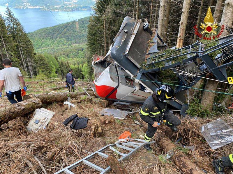 救难人员23日在义大利登山缆车意外现场搜救。(美联社)(photo:UDN)