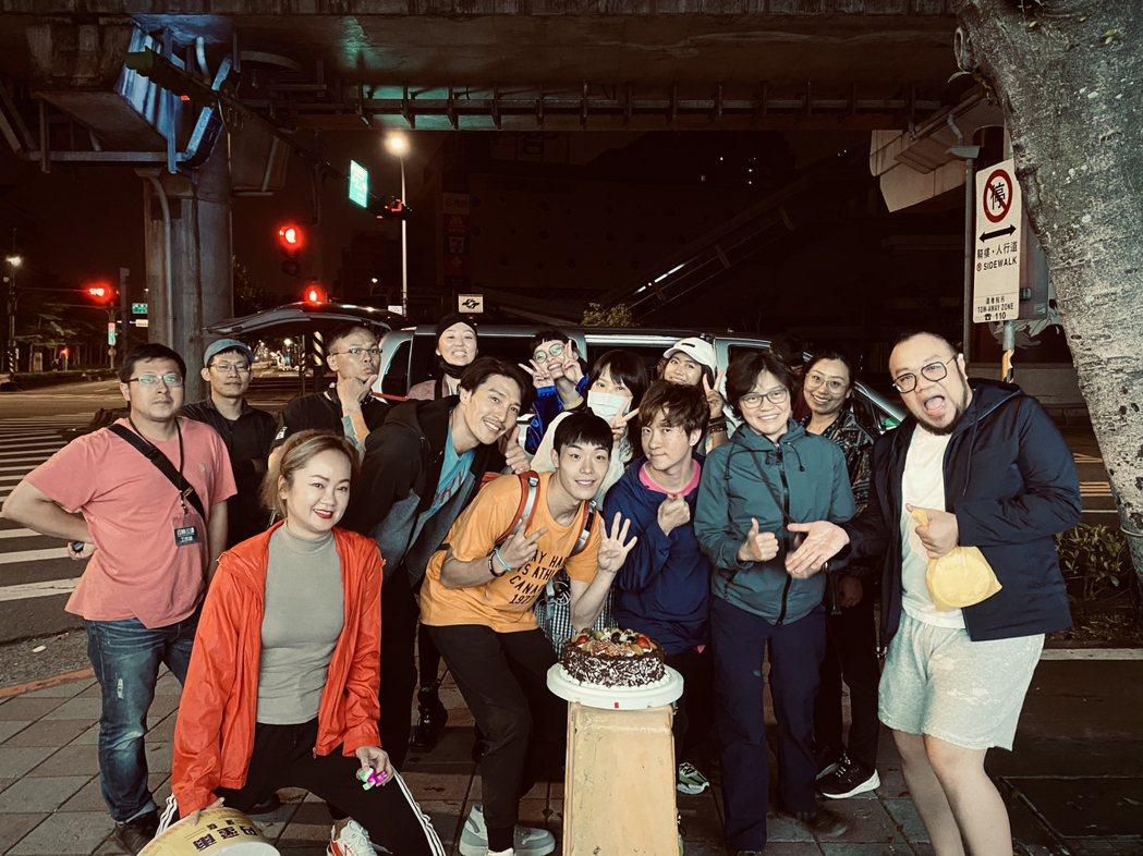 牧森在拍攝「聽不見的距離」時,劇組為他慶生。圖/周子娛樂提供