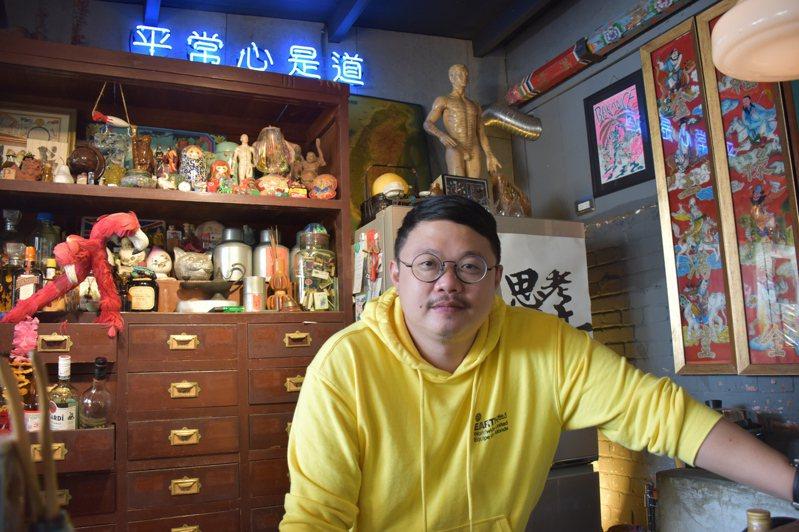 廖脩博開設的島東譯電所客源穩定,努力在經營店面與辦展覽間取得金錢與時間平衡。記者王思慧/攝影