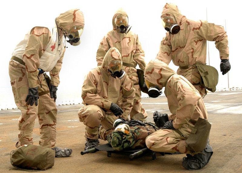 儘管各大國紛紛宣示放棄化武,但軍方仍保持相關偵消能力,圖為美軍的核生化搶救演習。圖/美國海軍檔案照