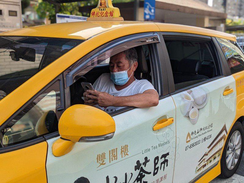 載客生意不好時,計程車司機只能開著冷氣,坐在車內滑手機、看影片來打發時間。記者陳弘逸/攝影