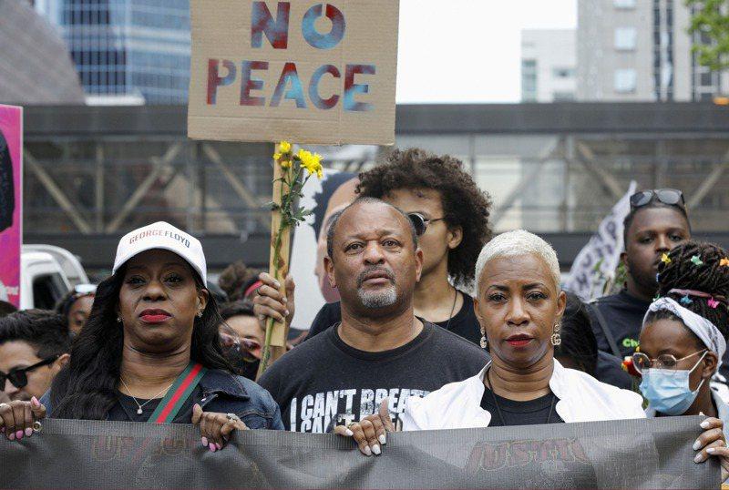 5月25日是白人警察壓頸致死的佛洛伊德逝世周年紀念日,佛洛依德的表姐妹塔特(右二)23日在明尼亞波利斯市參加示威遊行,示威名稱是「一年,改變了什麼?」路透
