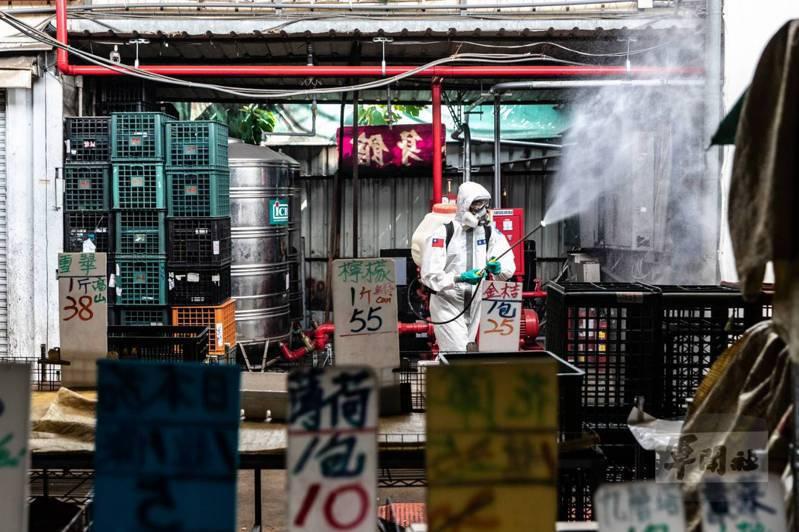 33化學兵群今深入三重、新莊等如市場等地進行消毒作業。圖/軍聞社