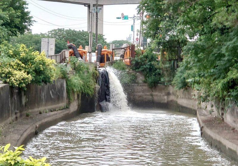 桃園3灌區農田水稻缺水灌溉,農水署桃園管理處展開茄苳5溪抽水大作戰救援灌溉。記者曾增勳/翻攝