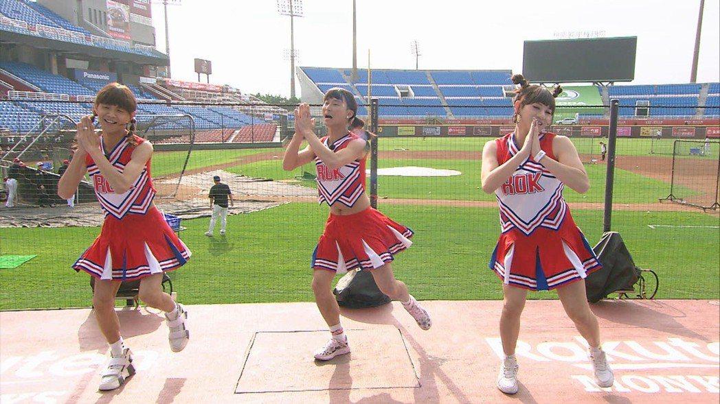 阿翔(左起)、浩子與嘻小瓜反串啦啦隊女孩。圖/民視提供