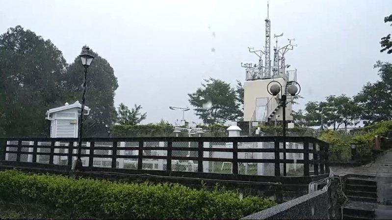 南投縣下午2時許終於降下超過100毫米以上的瞬間豪雨,民眾不禁高呼,「終於下大雨了!」圖/讀者提供