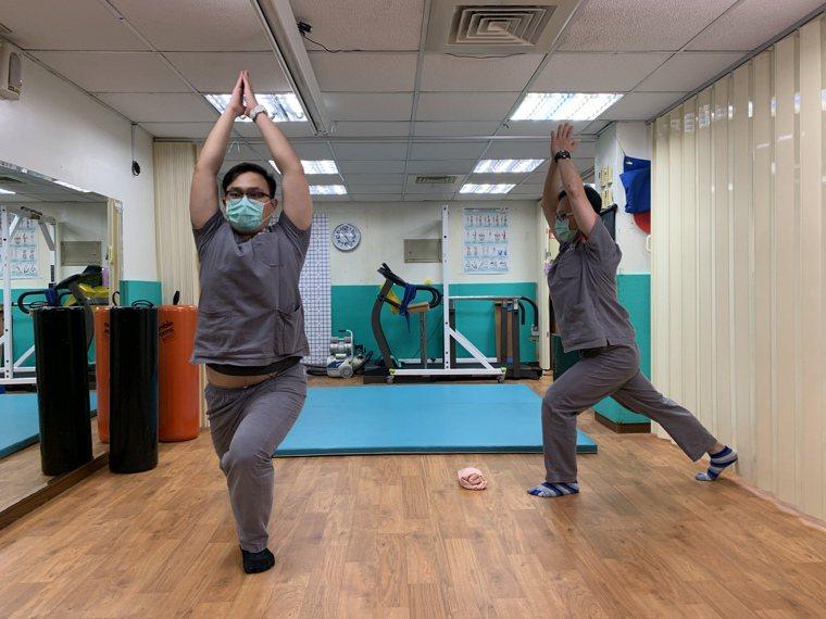 門諾醫院復健科示範高弓步式,不僅可以延展脊椎、伸展肩膀與手臂,還可鍛鍊下肢。圖/...