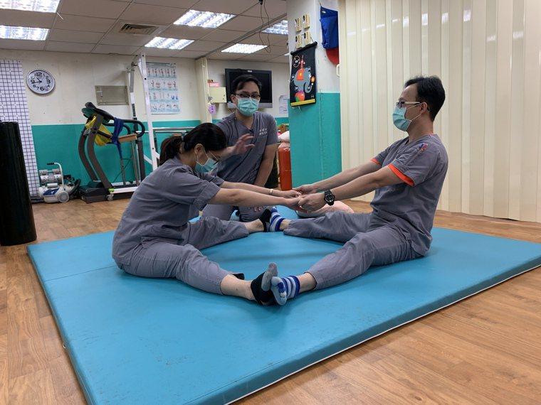 門諾醫院復健科指出,透過簡單的伸展運動,讓民眾在家也能活動筋骨,減緩壓力。圖/門...